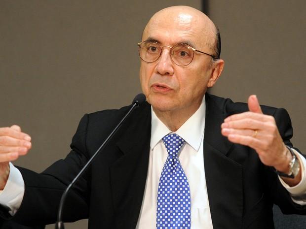 O presidente do Banco Central, Henrique Meirelles, anuncia medidas que reduzem recursos na economia. (Foto: Antônio Cruz/Abr)