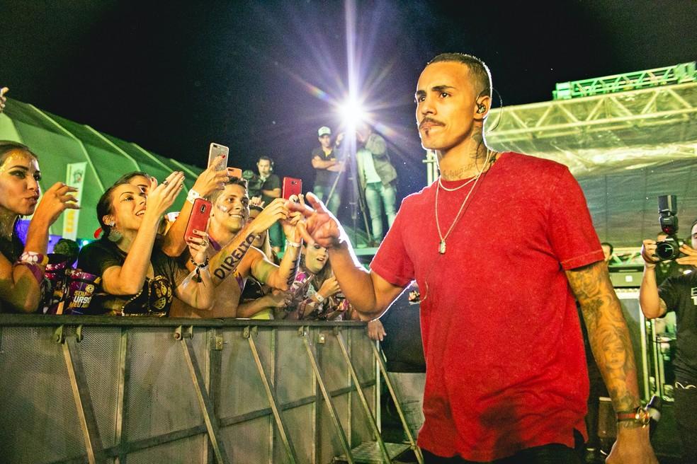 Mc Livinho em apresentação no Bloco do Urso, em Santa Rita do Sapucaí — Foto: Então Toma Audiovisual e Jonaan Fotografia