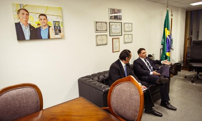 No gabinete de Flávio, um retrato com a foto do pai. Ao lado do senador, está Frederick Wassef