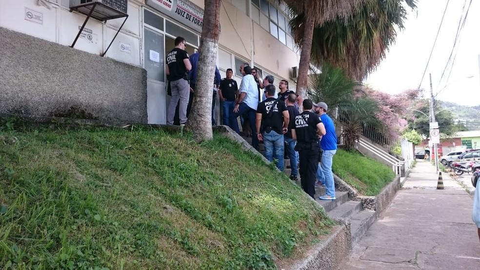 Equipe da Corregedoria de São Paulo chegou à Delegacia de Polícia Civil de Juiz de Fora na manhã deste sábado para apurar o caso — Foto: Luiz Felipe Falcão/G1