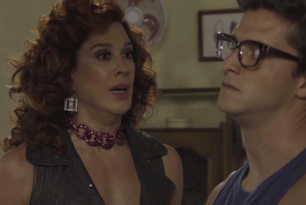 Lidiane (Claudia Raia) pede ajuda para Patrick (Klebber Toledo), em 'Verão 90' — Foto: TV Globo