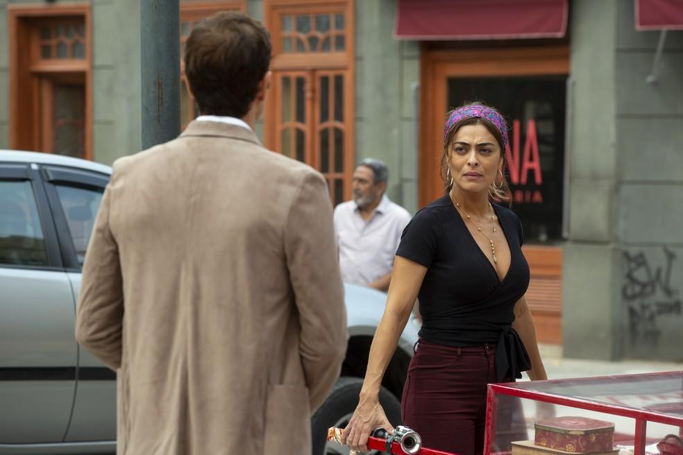 Maria da Paz (Juliana Paes) não acredita nas palavras carinhosas de Régis (Reynaldo Gianecchini), na novela  'A Dona do Pedaço' — Foto: Isabella Pinheiro/Gshow