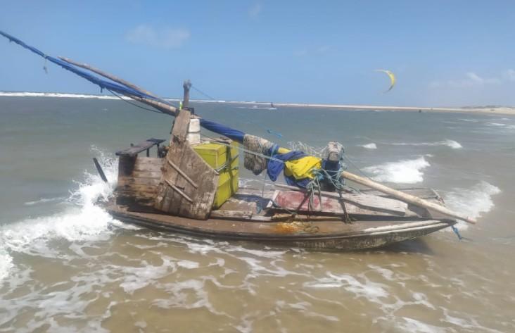Barco de pesca é encontrado à deriva por bombeiros em praia de Fortaleza; nenhum tripulante foi localizado na embarcação