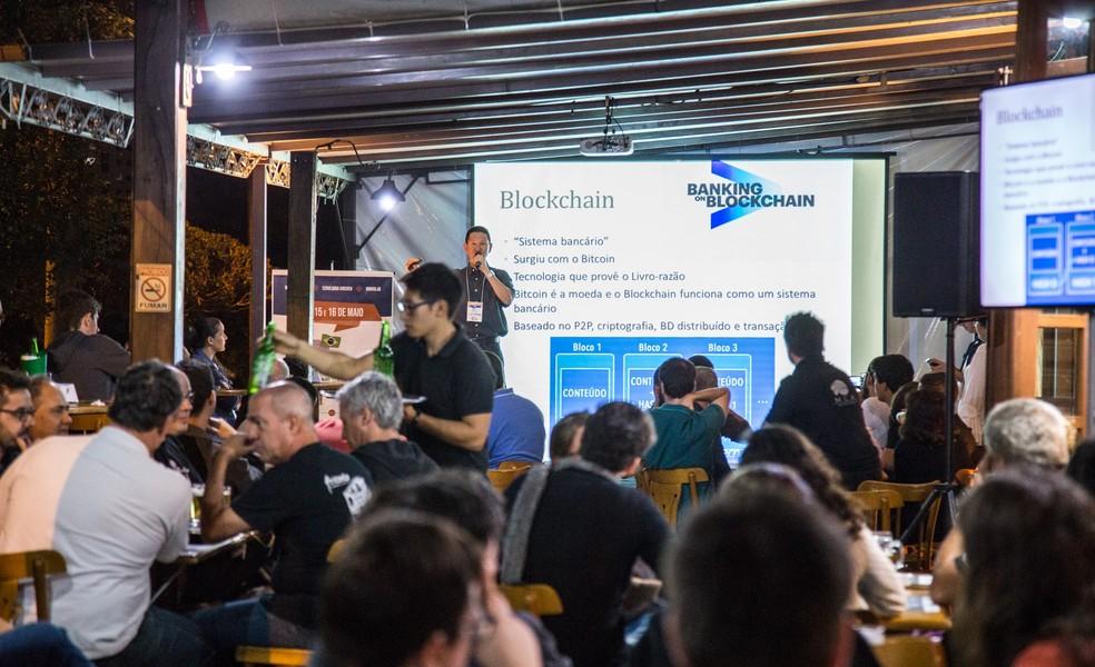 Pint of Science tira a pesquisa da universidade e leva para bares  — Foto: Nilton Junior/Divulgação