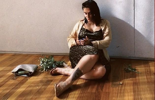 Outro desenho feito por ela foi uma loba na perna: 'Ela eu fiz bem na época que eu li 'Mulheres que correm como lobos', porque esse livro despertou para mim uma força interna feminina, os nossos instintos, que é a gente é ensinada a abandonar' (Foto: Reprodução/ YouTube)