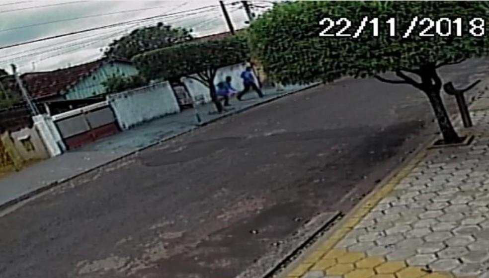 """Câmera de segurança flagrou os falsos """"agentes"""" correndo na Vila Industrial em Bauru  — Foto: Reprodução / Circuito de Segurança"""