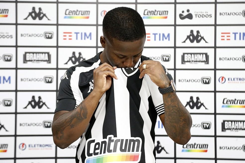 Jonathan foi apresentado na última quarta-feira pelo Botafogo e voltou beijando a camisa — Foto: Vitor Silva/Botafogo