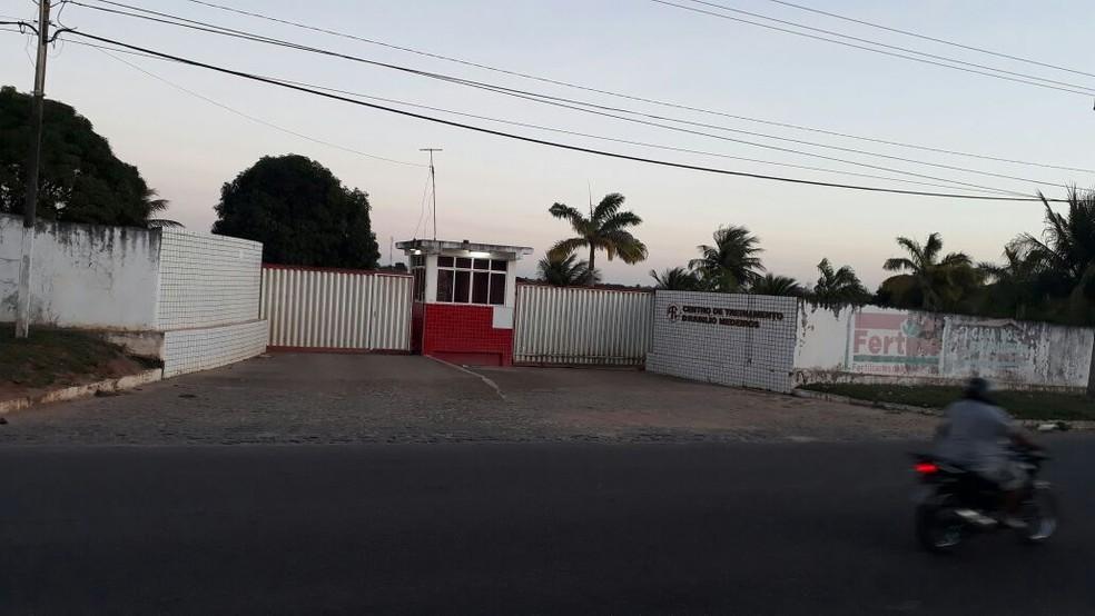 Com portões do CT Abílio de Medeiros fechados, América-RN não permitiu entrada da imprensa e torcedores durante atividade  (Foto: Victor Lyra/Inter TV Cabugi)