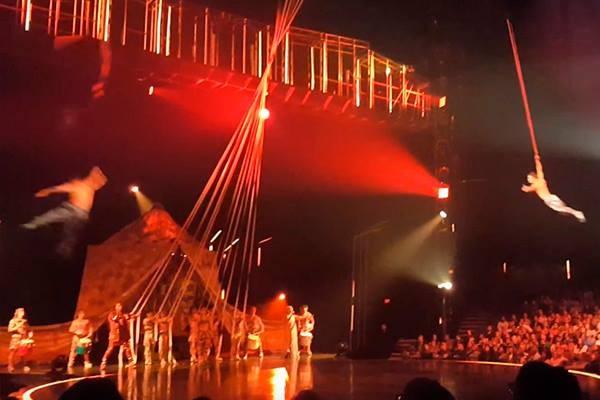 Momento em que o acrobata se solta da corda em cai em pleno palco (Foto: Reprodução/YouTube)