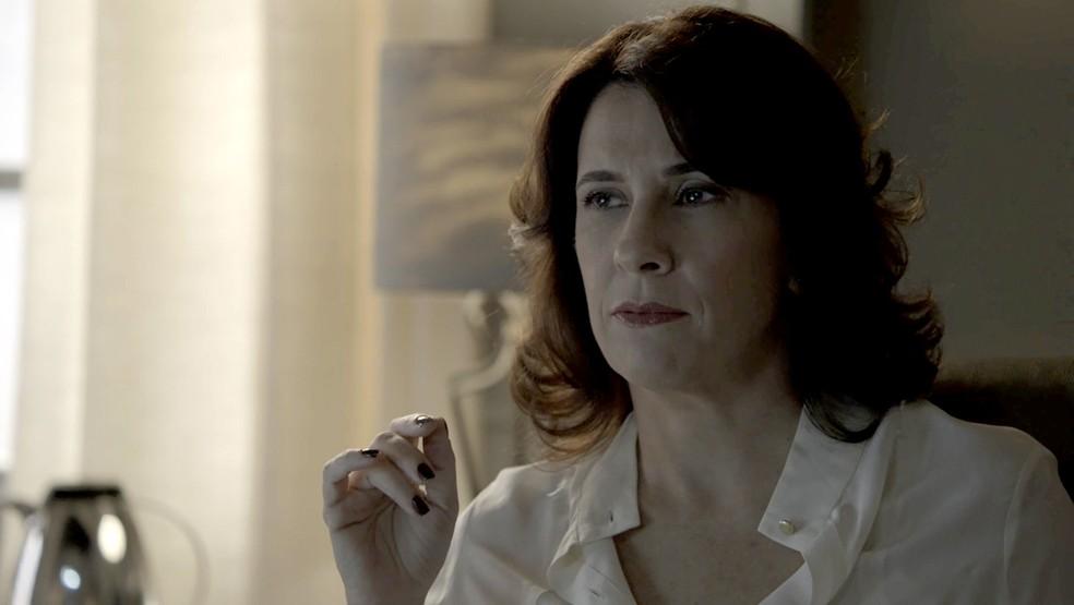 Doutora Hermínia revela todos os podres da clínica na época em que Clara e Beatriz estavam internadas (Foto: TV Globo)