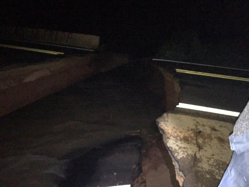 Buraco na ponte se formou após intensas chuvas — Foto: PRF/Divulgação