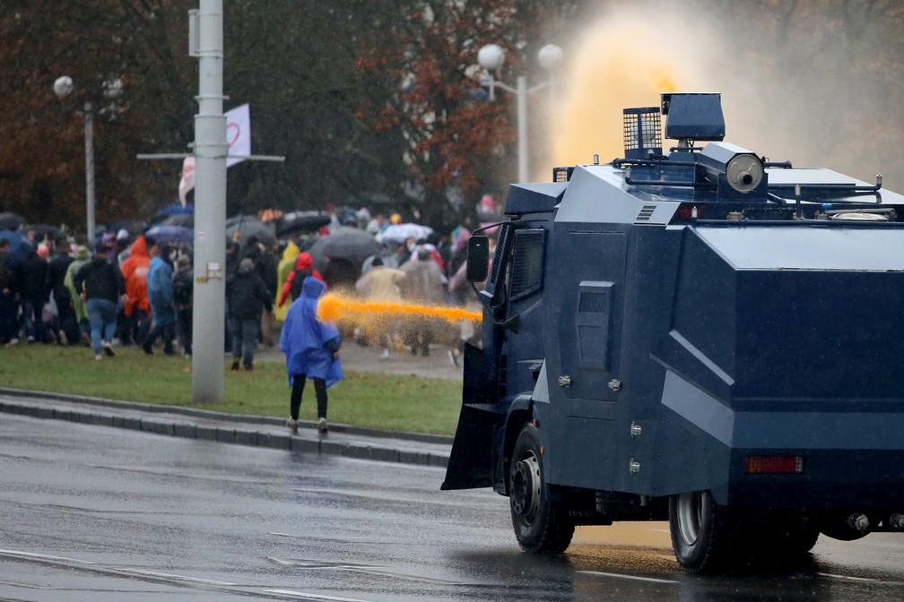A polícia usa um caminhão com canhão d'água para dispersar os manifestantes durante um protesto contra os resultados das eleições presidenciais de Belarus em Minsk neste domingo (11) — Foto: AFP