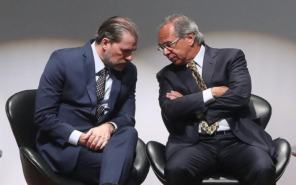 Presidente do STF, Dias Toffoli, conversa com o novo ministro da Economia, Paulo Guedes, durante cerimônia de transmissão de cargo — Foto: Gabriela Biló/Estadão Conteúdo