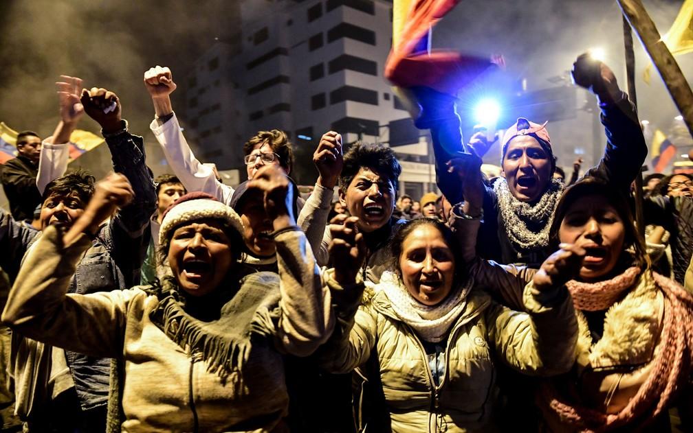 Manifestantes comemoram em Quito revogação de decreto que causou aumento nos preços dos combustíveis — Foto: Martin Bernetti / AFP Photo