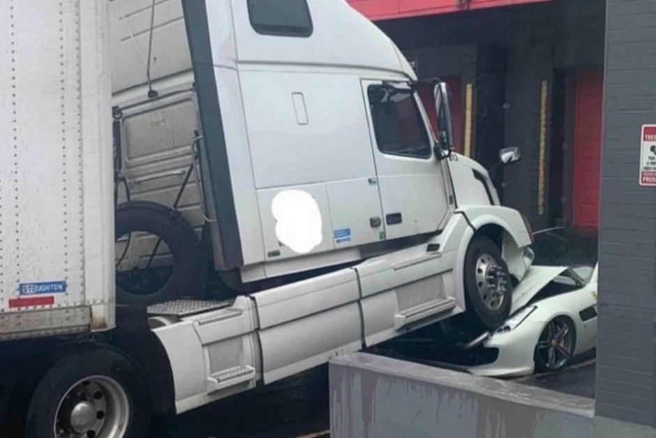 Ferrari é atingida por caminhão (Foto: Reprodução/Facebook)