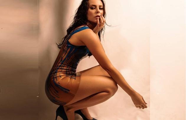 Com pernas em destaque, Paolla destaca o ponto alto do figurino: 'Vestido de látex é sucesso' (Foto: Reprodução/Instagram Vivi Guedes)