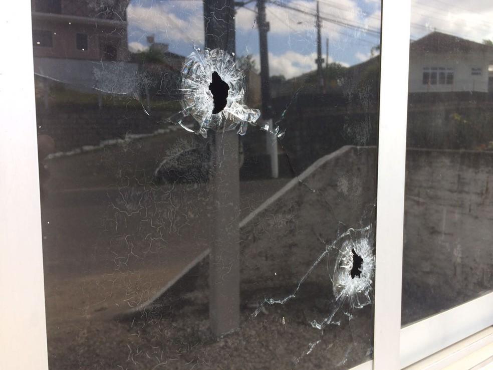 Base da PM na Colônia Santana, em São José, foi alvo de tiros (Foto: Thomas Braga/RBS TV)