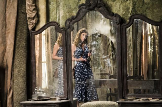 'Espelho da vida': Isabel (Alinne Moraes) quebrará o espelho (Foto: Globo/ João Miguel Junior)
