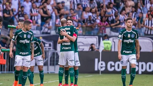 Bruno Henrique comemora o segundo gol com Deyverson
