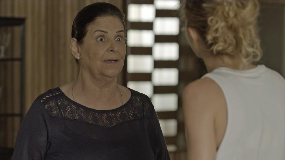 Zu diz para Ivana que Joyce se incomodava com o jeito da filha — Foto: TV Globo