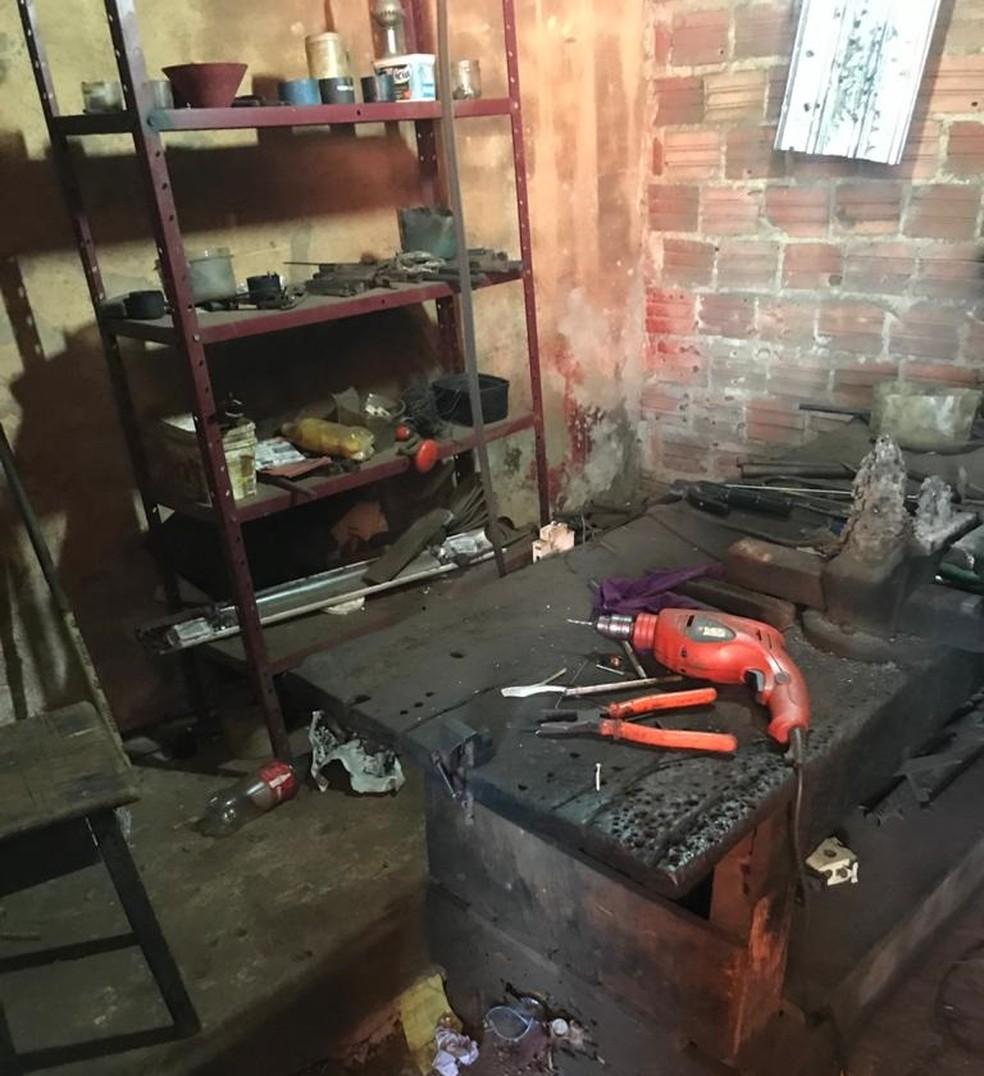 """Local era usado como uma """"fábrica de armas"""" em Porto Velho — Foto: PF/Divulgação"""