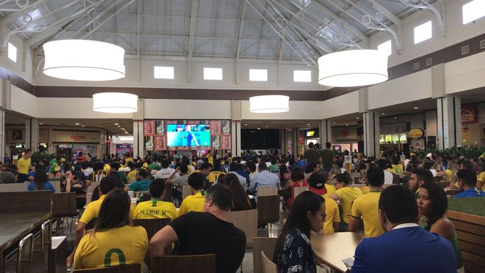 Shoppings de Teresina transmitiram o jogo em telões. (Foto: Lorena Linhares/G1)