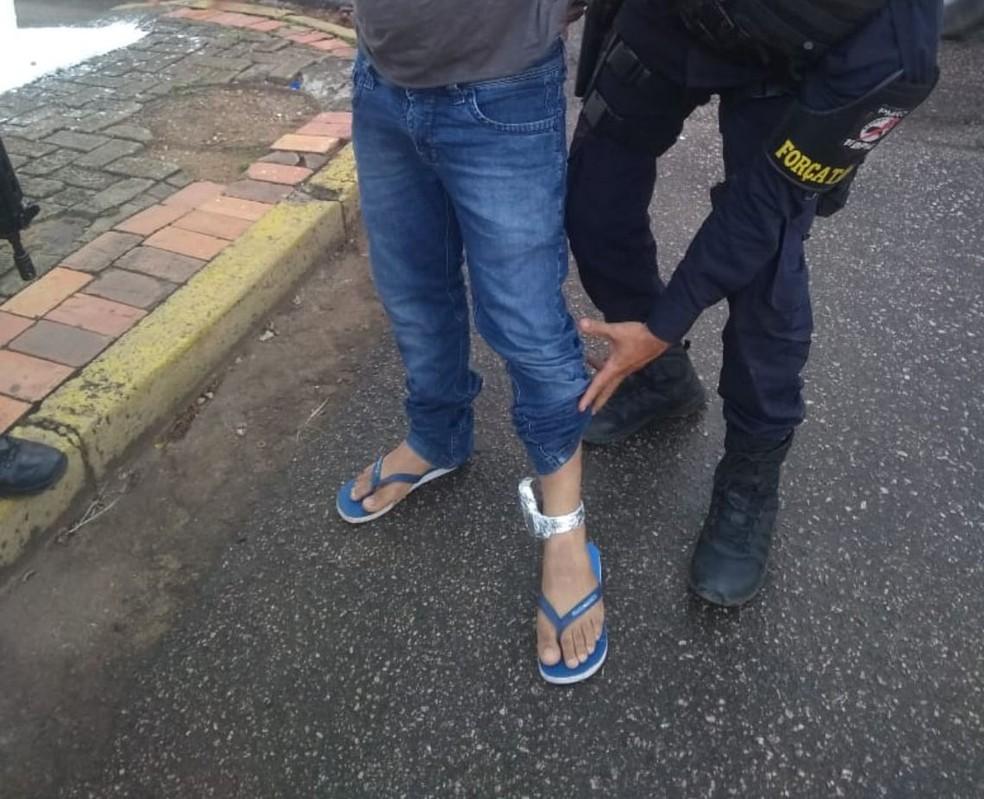 -  Suspeito conduzia moto, quando foi abordado  Foto: PM/Divulgação