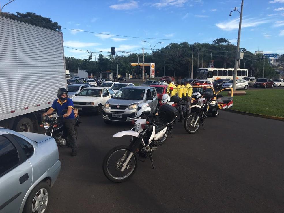 Semob e PM instruíram motoristas durante o ato — Foto: Stephanie Fonseca/G1