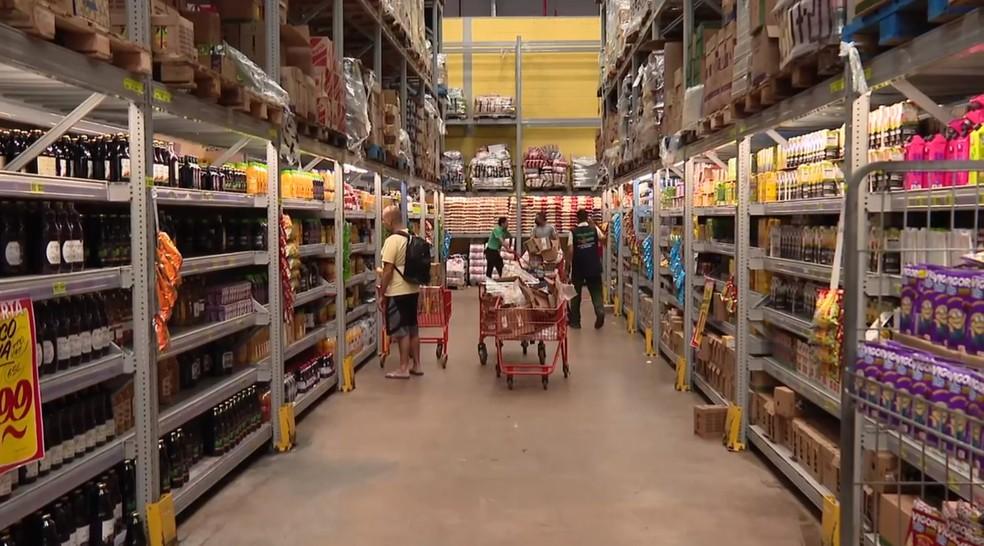 Clientes fazem compras em supermercado no DF — Foto: Reprodução/TV Globo
