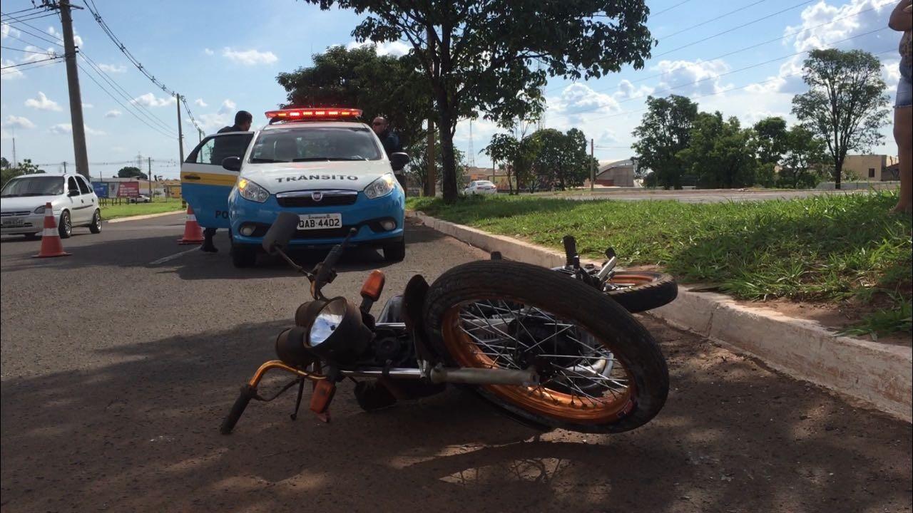 Motociclista sem capacete e na contramão sofre acidente ao fugir da PM em MS