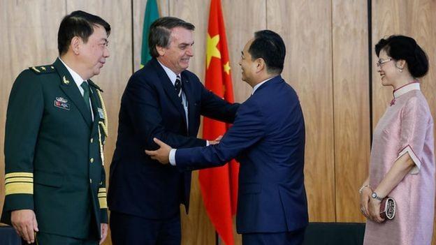 Segundo especialistas, a curto prazo, Brasil pode lucrar com a disputa comercial entre China e EUA (Foto: ALAN SANTOS/PR, via BBC News Brasil)