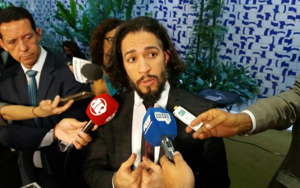 O deputado Jean Wyllys (PSOL-RJ) em entrevista no Salão Verde da Câmara (Foto: Bernardo Caram/G1)