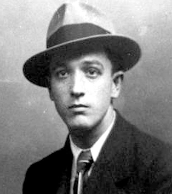 """Os """"nove"""" do título do livro  é uma referência aos fundadores do velho """"Partidão"""", entre eles,  o escritor e  crítico literário Astrojildo Pereira Duarte Silva (1890-1965),"""