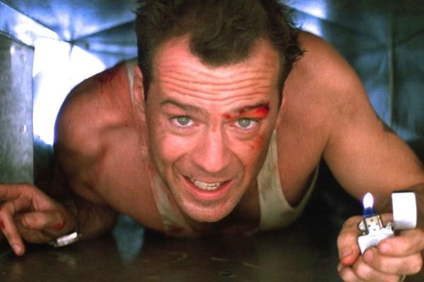 O ator Bruce Willis em cena do primeiro filme da franquia Duro de Matar (Foto: Reprodução)
