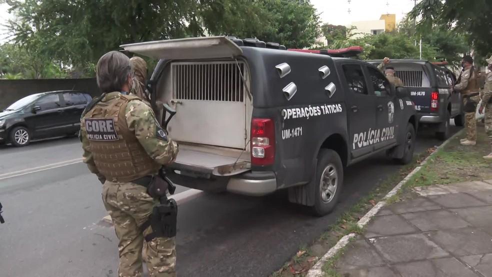 Presos na Operação DNA chegam à sede do Grupo de Operações Especiais (GOE), no bairro do Cordeiro, Zona Oeste do Recife, nesta quarta-feira (9) — Foto: Reprodução/TV Globo