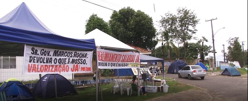 Familiares de militares fecham quartel em RO — Foto: Rede Amazônica/Reprodução