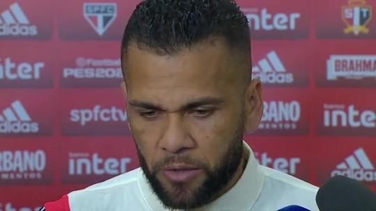 """Daniel Alves ainda vê São Paulo na disputa pelo Brasileirão: """"Não entreguem o título ao Flamengo"""""""