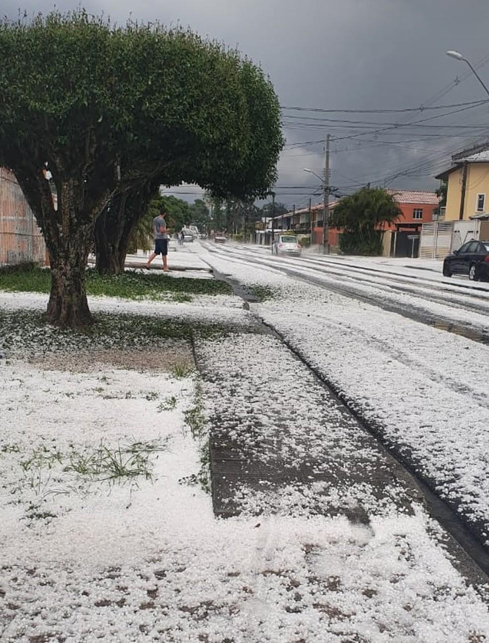 Bairro Alto, em Curitiba, após chuva de granizo nesta terça (3) — Foto: Bianca Daciuk/Arquivo pessoal