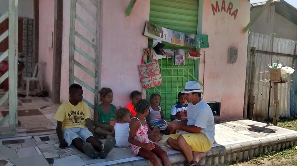 Professor desempreago transformou a calçada de casa em sala de aula, em Aracaju (SE). — Foto: Mara Lúcia de Paula
