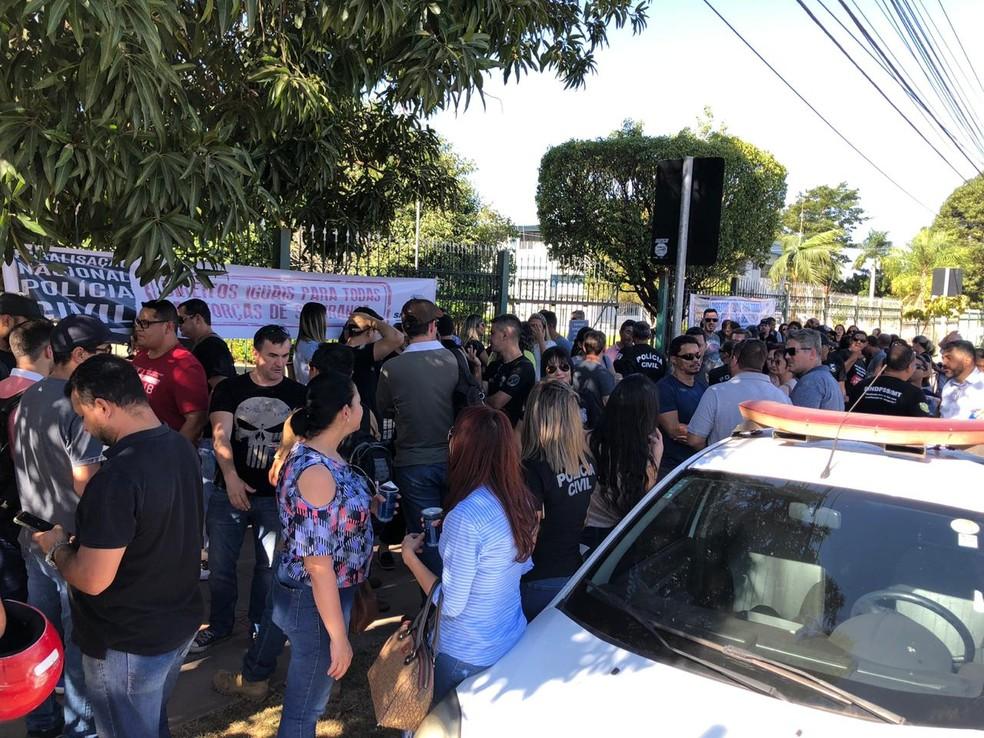 Policiais protestam em frente à Sesp, em Cuiabá — Foto: Guilherme Pirajá/ Sinpol-MT