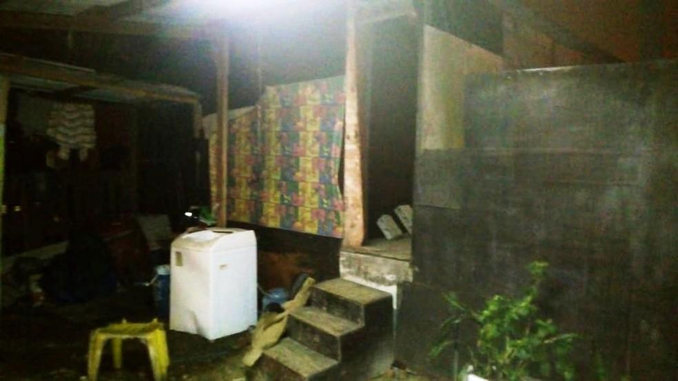 Cativeiro ficava na comunidade Prainha, em Guarujá, SP — Foto: Divulgação/Baep