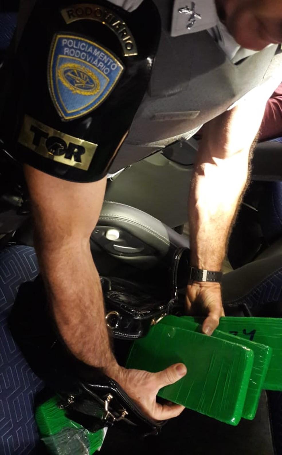 Tabletes de cocaína foram apreendidos pela polícia — Foto: Polícia Rodoviária