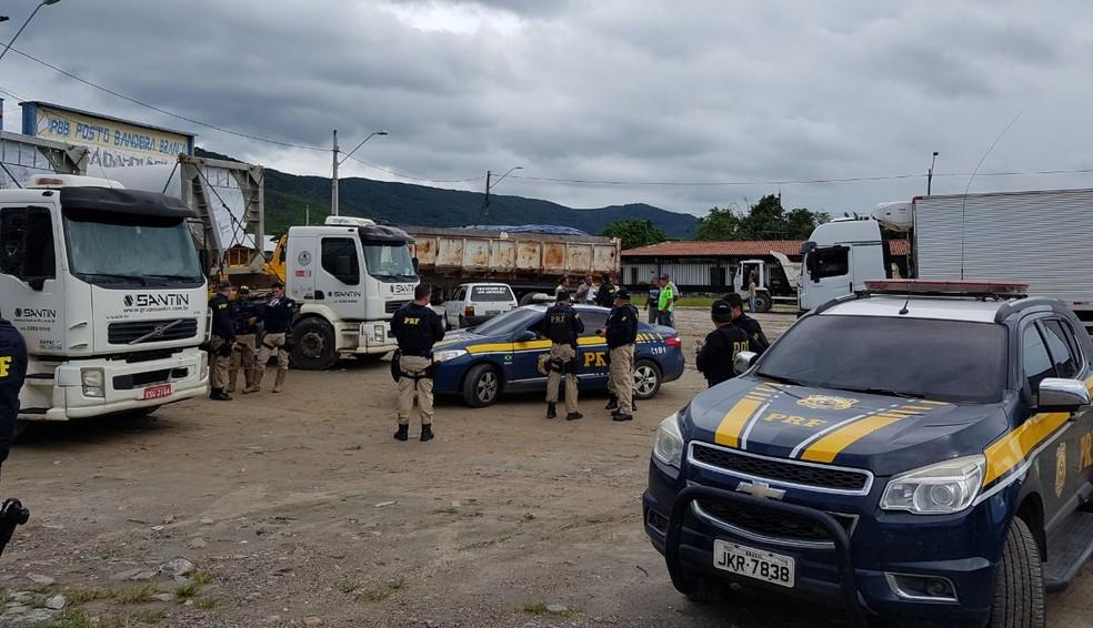 PRF intensificou a fiscalização contra excesso de cargas nas estradas do Ceará — Foto: PRF/Divulgação