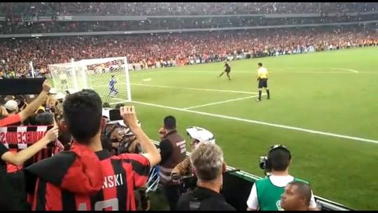 O gol do título do Athletico na Sul-Americana pela torcida: reveja o pênalti por outros ângulos