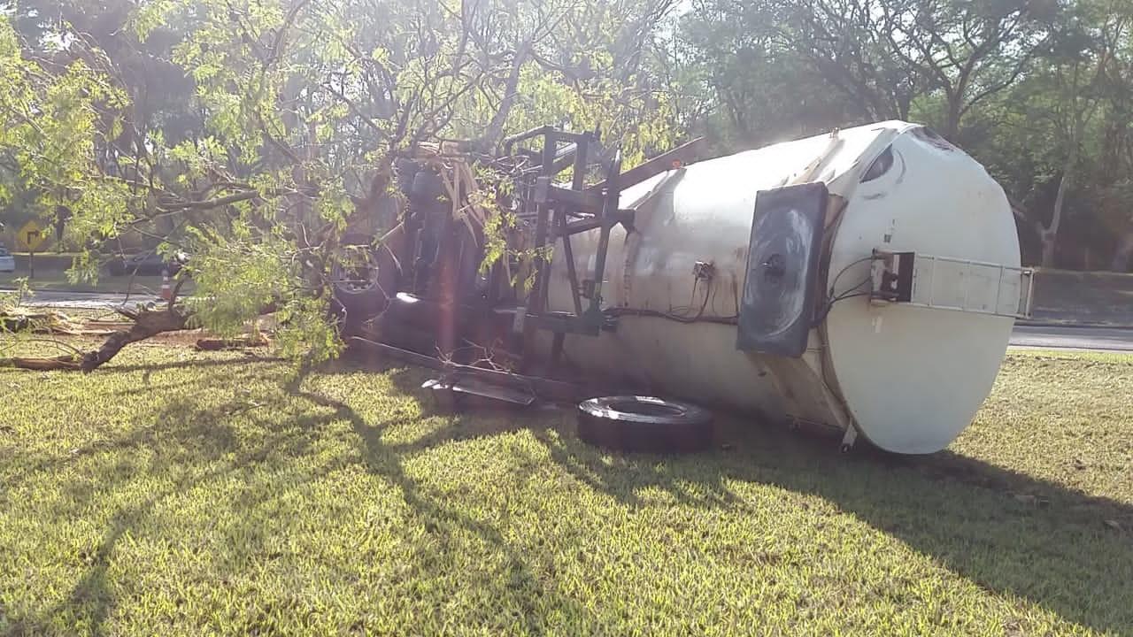Caminhão carregado com glicerina tomba em rodovia de Ibitinga; ninguém ficou ferido