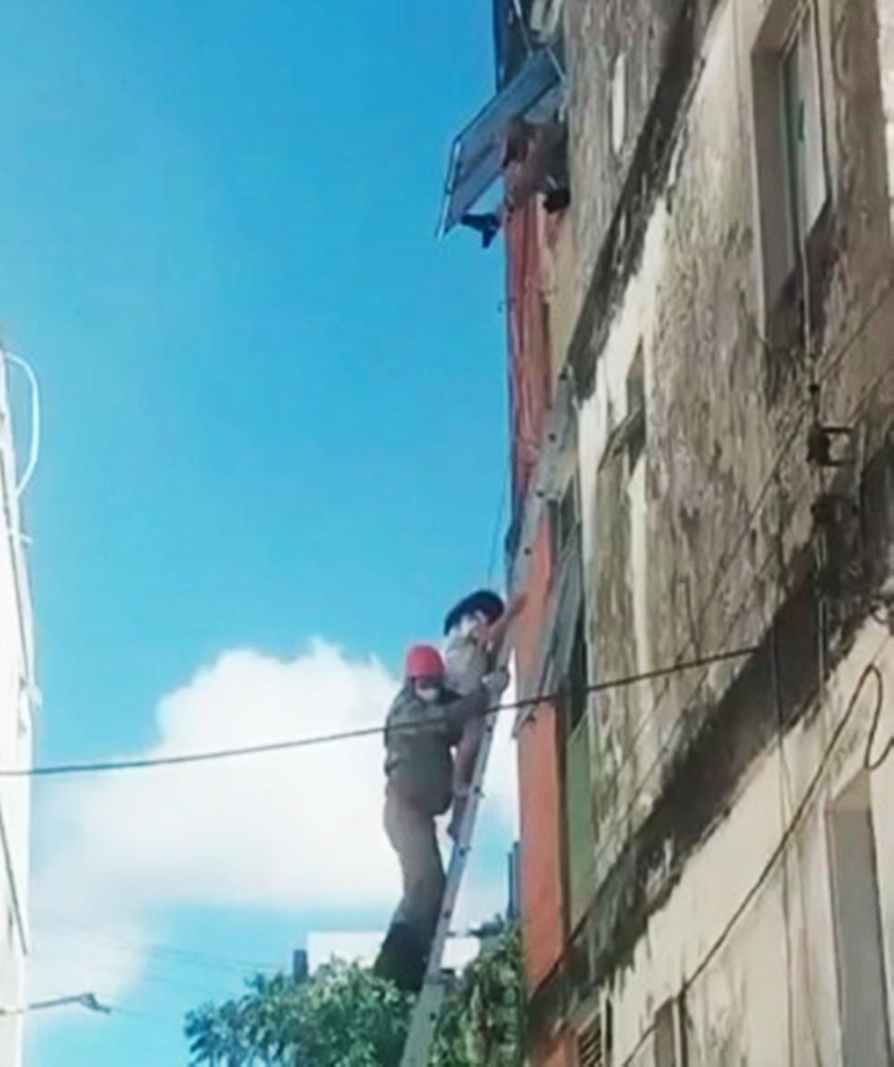 Segundo os bombeiros, faltou mais de um metro para a escada poder alcançar a janela do apartamento onde estavam os moradores  (Foto: Corpo de Bombeiros)