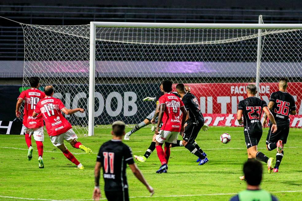 Bressan bate de chapa e empata o jogo contra o Vasco — Foto: Ailton Cruz/Gazeta de Alagoas
