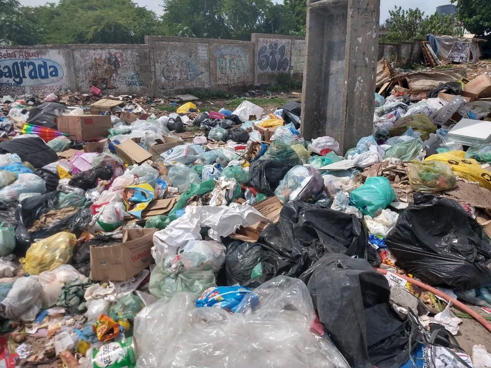 Com coleta irregular, Fortaleza tem ruas com lixo acumulado — Foto: José Leomar/SVM
