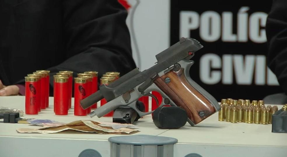 Polícia apreendeu armas e coletes com os criminosos (Foto: TV Verdes Mares/Reprodução)