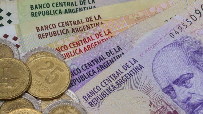 Aumento nos juros é tentativa de conter desvalorização do peso argentino (Foto: Getty Images via BBC News Brasil)